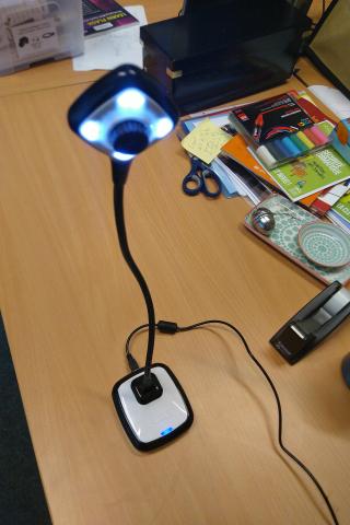 La caméra Hue et son système d'éclairage léger.